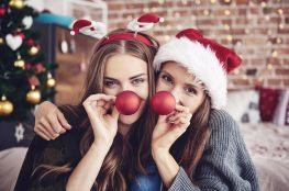 Dwie dziewczyny w świątecznych przebraniach