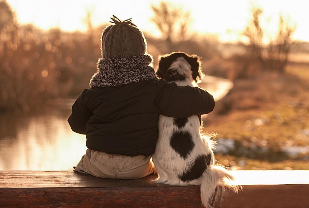 Dziecko przytulone do psa