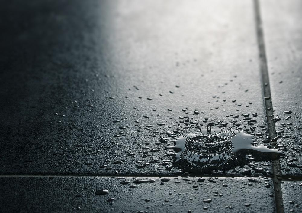 kropla wody na podłodze