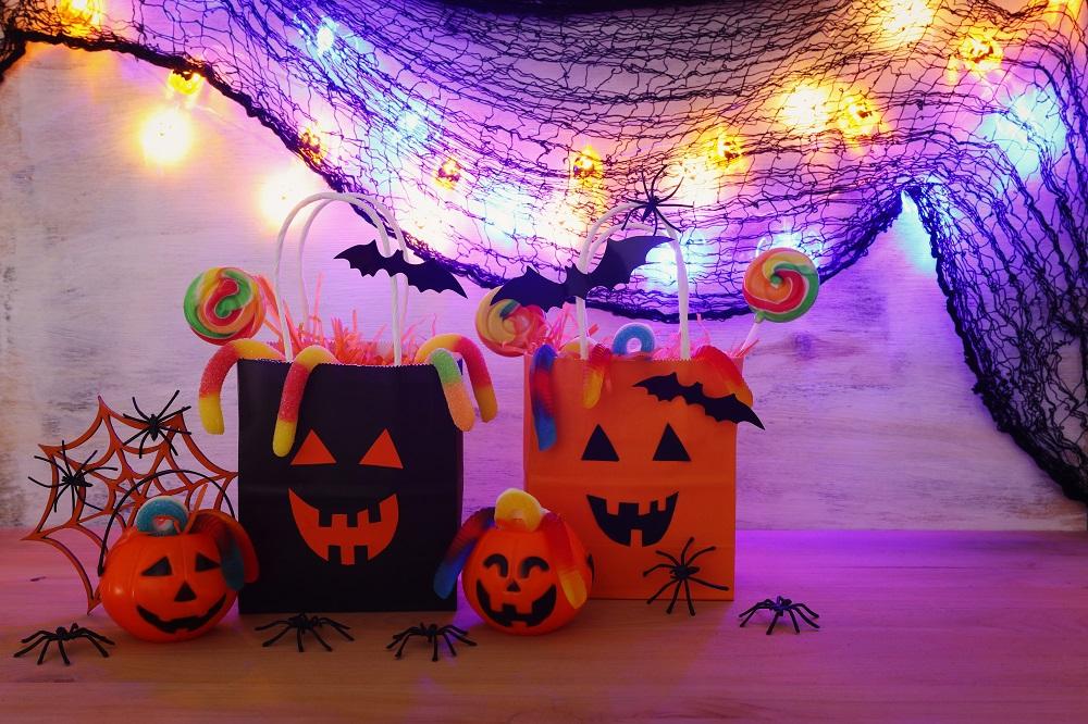 Dekoracje na Halloween z torebek papierowych