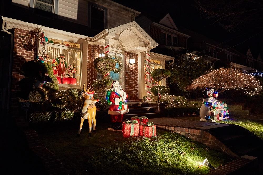 Świąteczne dekoracje przed domem