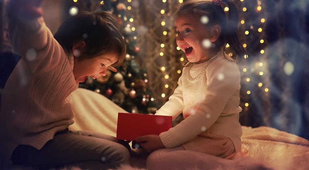 Dzieci cieszą się z prezentów