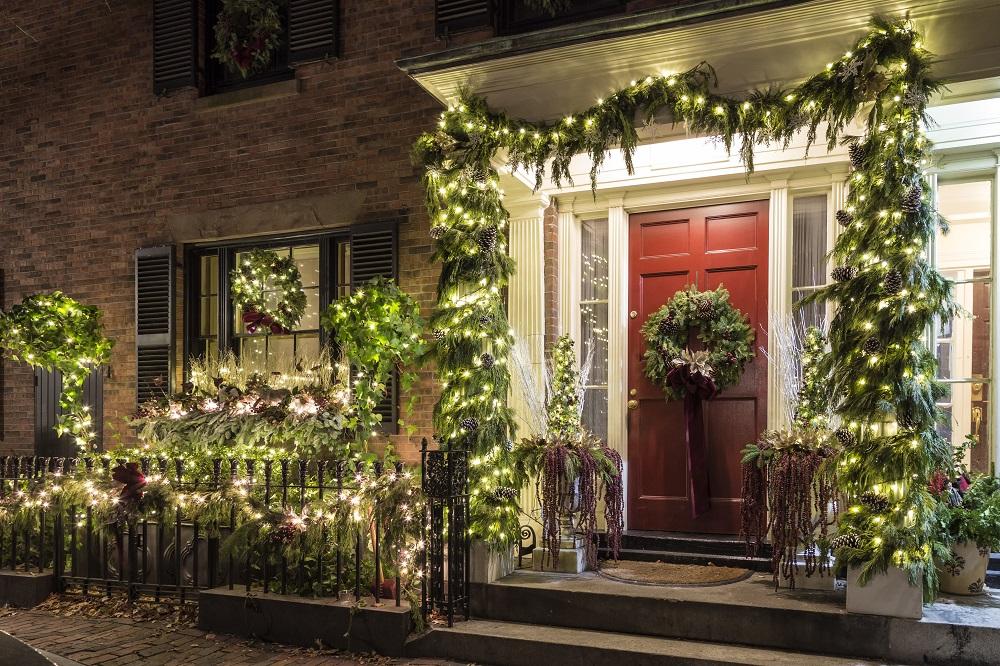 Świecące dekoracje świąteczne na froncie domu