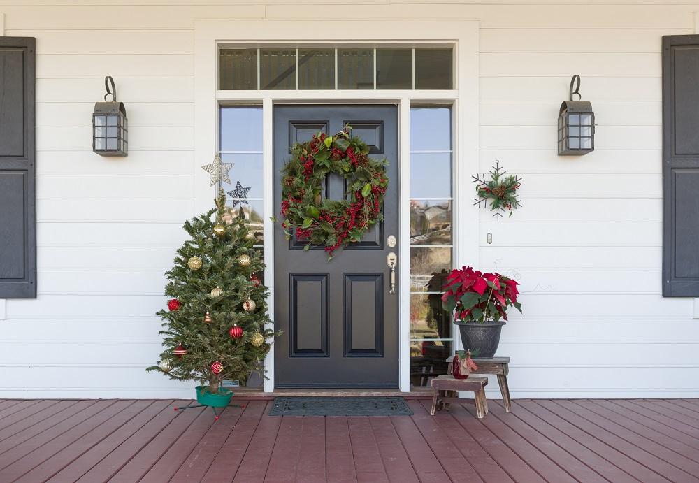 Dekoracje świąteczne na wejściu do domu