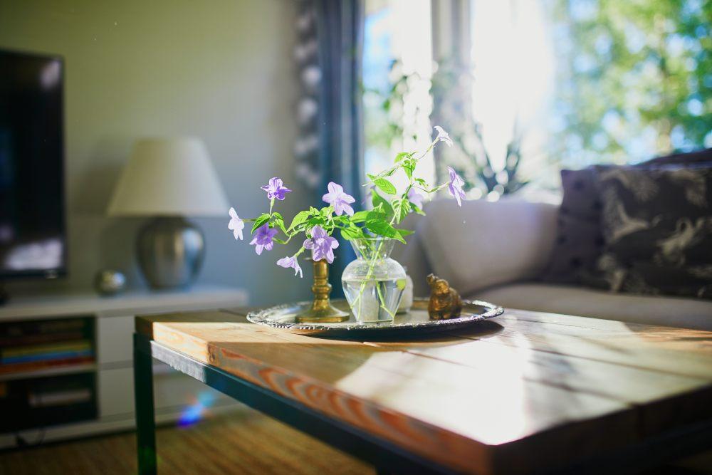 stoli-kawowy-taca-kwiat-swieczka