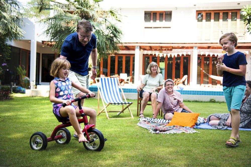 cala-rodzina-w-ogrodzie