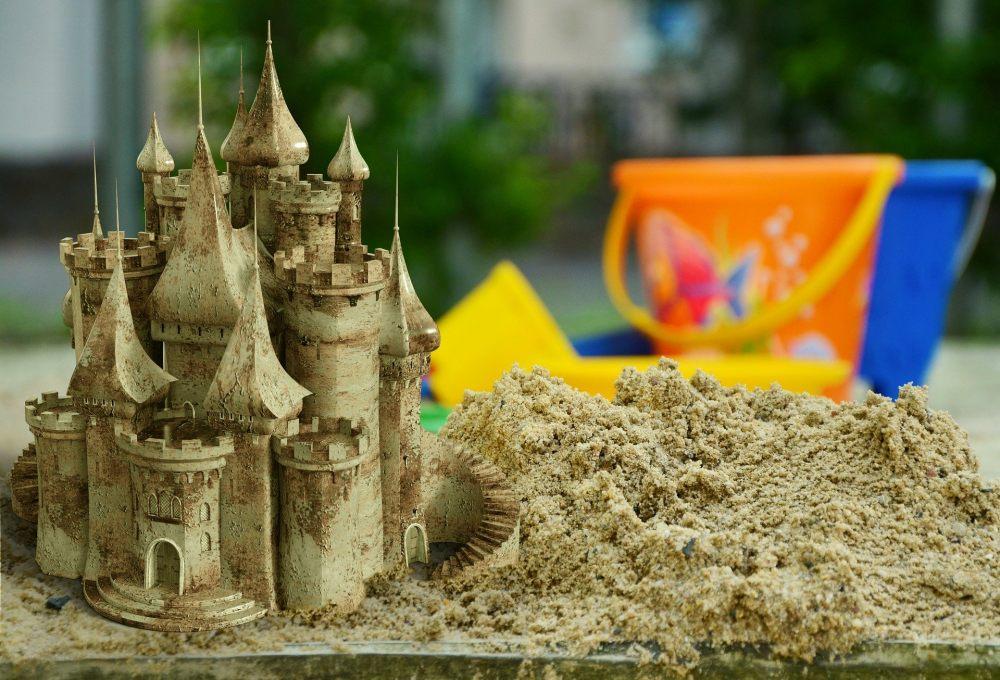 zamek-w-piaskownicy-w-ogrodzie