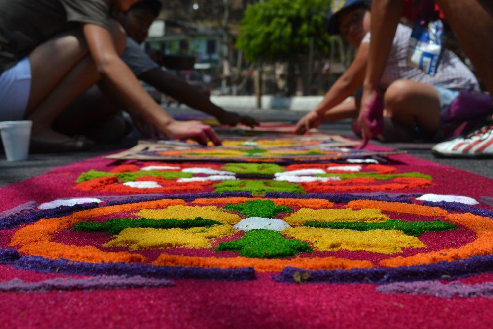dywan-z-kolorowego-piasku-ozdabia-pochody-na-wielkanoc-w-gwatemali