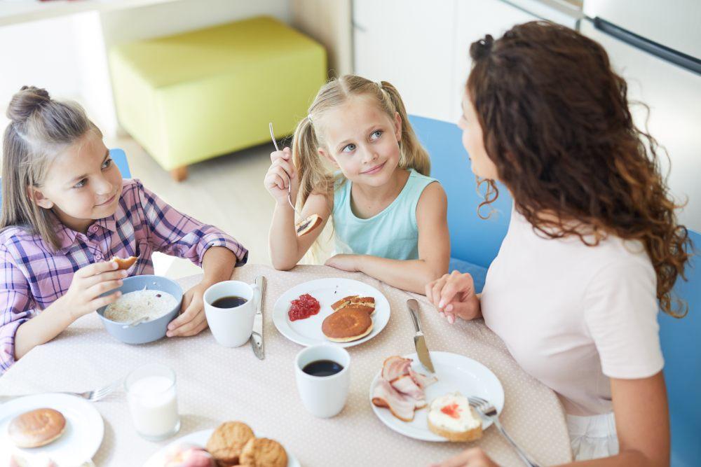 dzieci-przygotowaly-mamie-sniadanie-na-dzien-matki