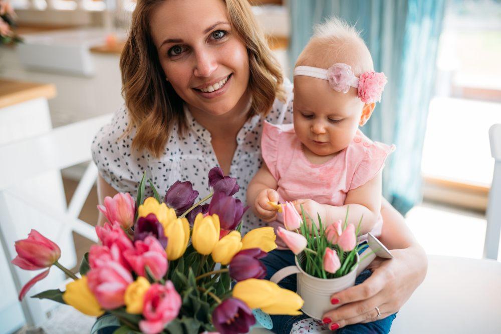 kobieta-dostaje-kwiaty-od-meza-na-dzien-matki