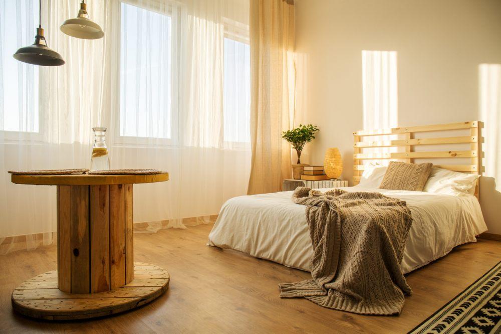 drewniana-szpula-moze-posluzyc-za-stolik