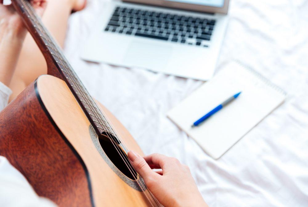 kobieta-uczy-sie-grac-na-gitarze-przez-internet