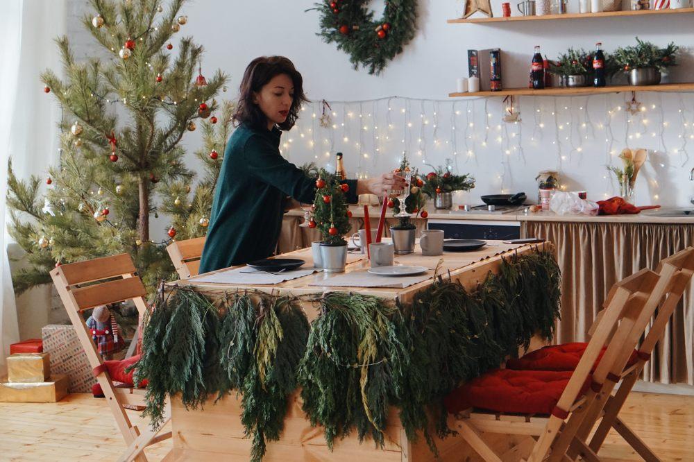 swiateczne-przygotowania-stolu-wigilijnego