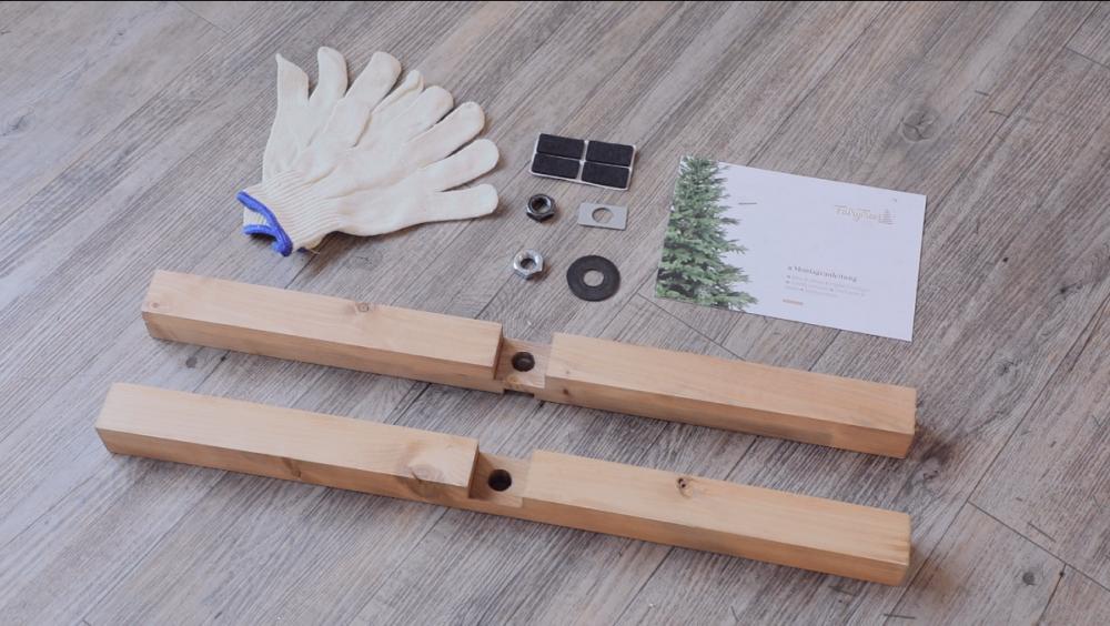 zestaw-do-montazu-choinki-rekawice-ochronne-drewniany-stojak