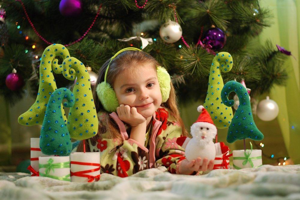 Dziewczynka między dekoracjami świątecznymi.