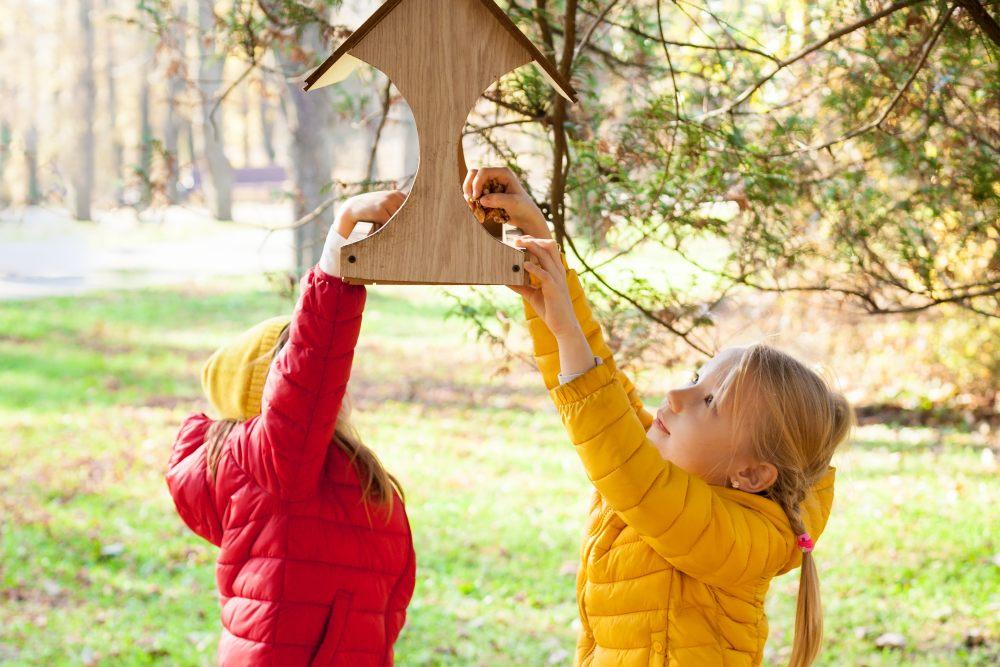 dzieci-przy-karmniku-dla-ptakow