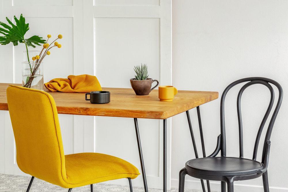 stol-drewniany-swietnie-wyglada-z-wytrzymalymi-nogami-metalowymi