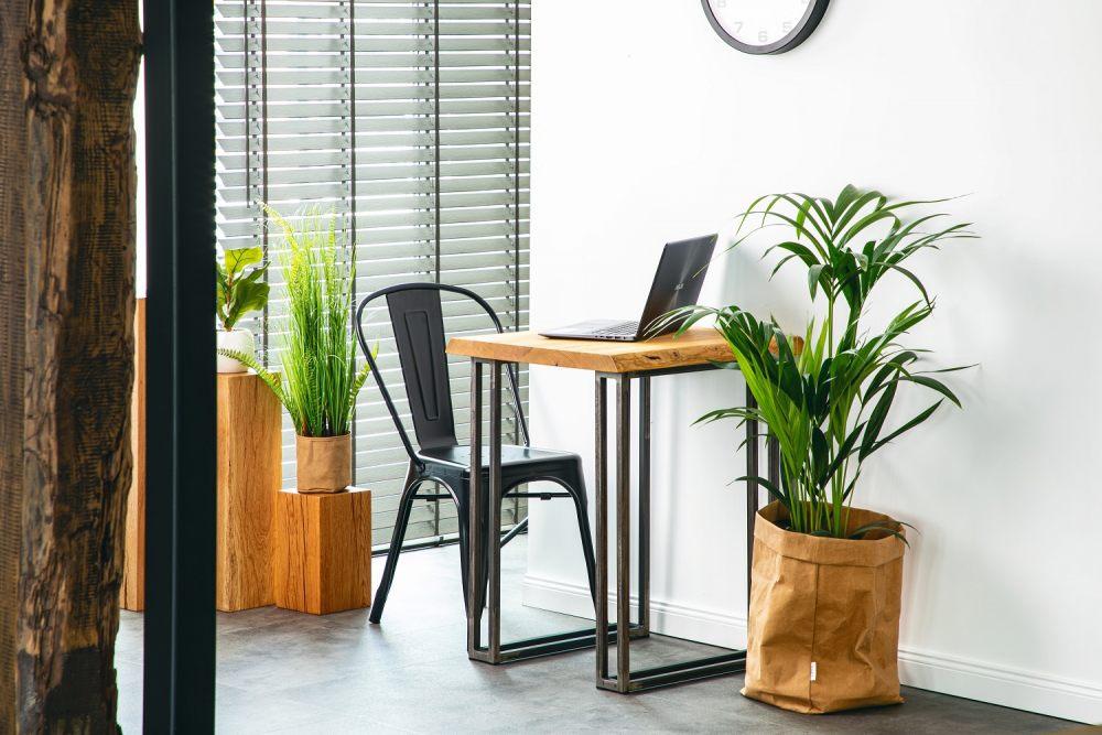 w-niewielkich-przestrzeniach-sprawdzi-sie-kwadratowy-stolik-male-biurko