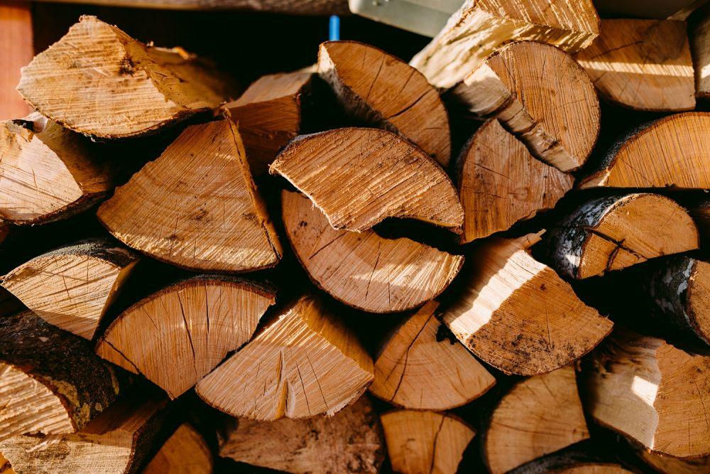 drewno-na-opal-najlepiej-przechowywac-na-dworze-dzieki-temu-szybko-bedzie-gotowe-na-kolejny-sezon-grzewczy