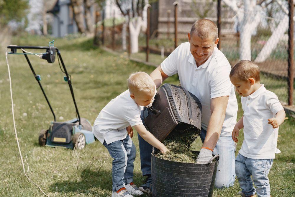 wiosenne-praca-ogrodowe-obejmuja-pielegnacje-trawnika