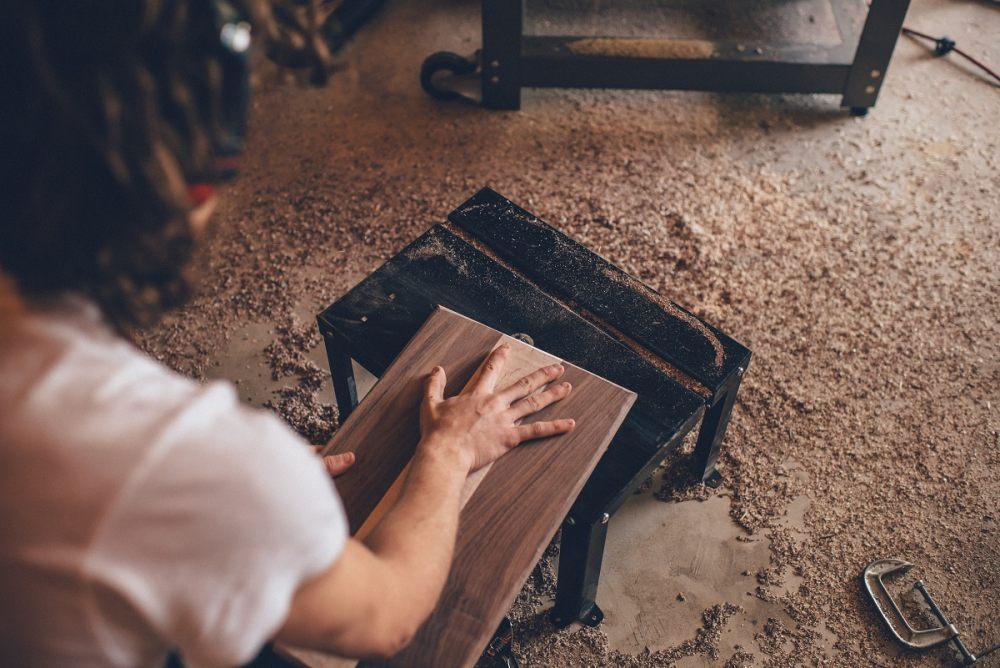 Ręka na drewnianej desce