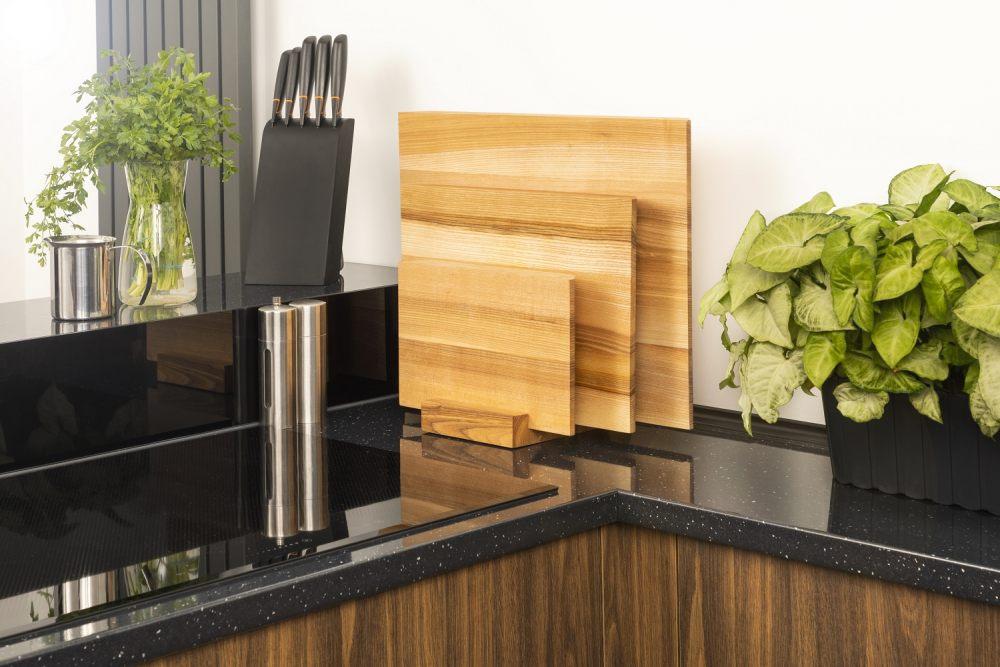 dzieki-stojakowi-na-deski-drewniane-wyeksponujesz-je-na-blacie-kuchennym