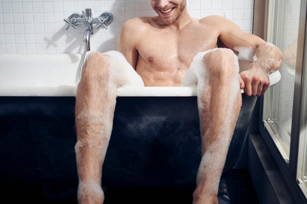 Mężczyzna siedzi w wannie z wodą