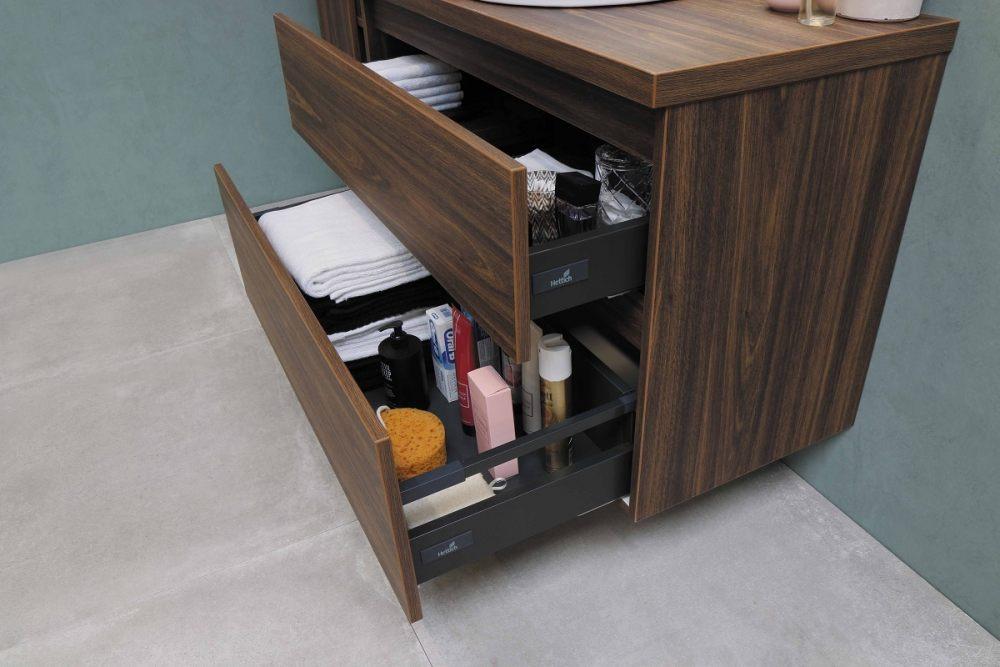 Otwarte szuflady szafki łazienkowej